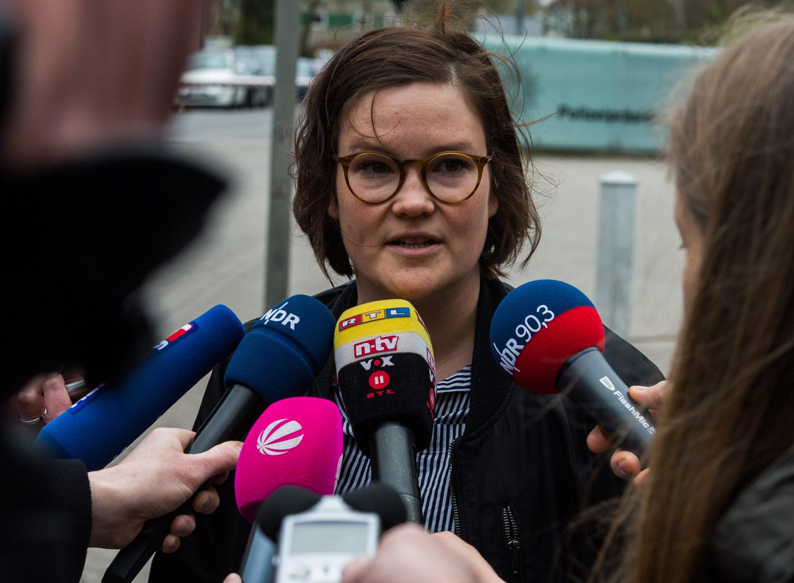 Emily Laquer, Sprecherin des Demobündnisses «Grenzenlose Solidarität statt G20» spricht am 07.04.2017 in Hamburg vor dem Polizeipräsidium mit Vertretern der Presse.