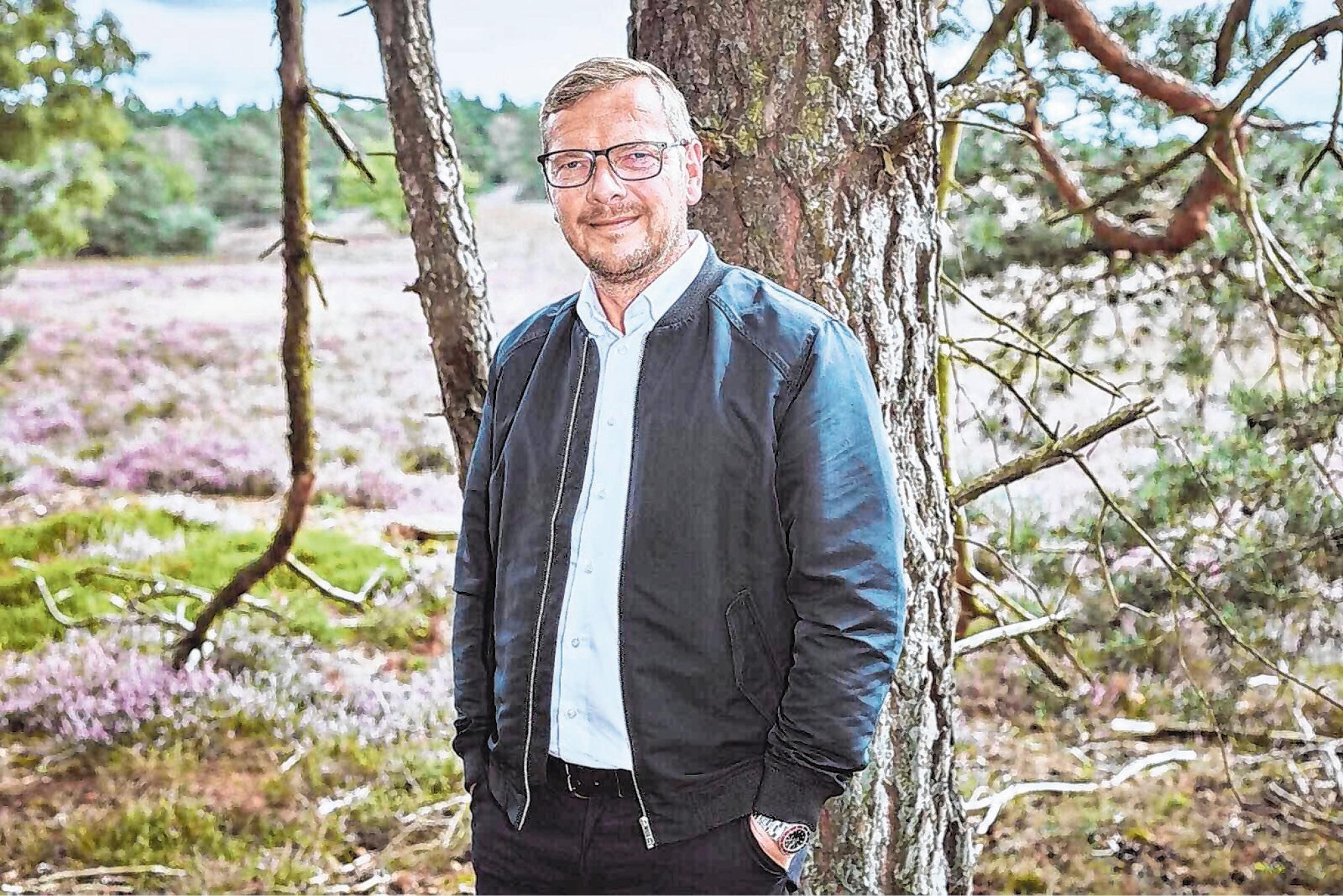 """Mirko Kaminski (""""Achtung""""-Gründer): """"Olaf Scholz und ich haben zur Elbphilharmonie zusammengearbeitet und auch bei anderen Gelegenheiten miteinander zu tun gehabt. Was ich an ihm ungemein schätze: Er ist gerade. Er weiß, was er will. Und er macht. Olaf packt an. Und er ist – wenn auch meist nur im kleineren Kreis – superwitzig. Der Mann kann herrlich selbstironisch sein und über sich lachen. Er ist schlagfertig. Stilsicher. Er kann Diplomatie und würde die Interessen unseres Landes verdammt gut vertreten. Ich vertraue ihm. Und deshalb wähle ich die SPD."""""""
