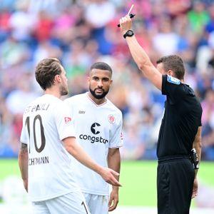 Die jüngste Verwarnung: Daniel-Kofi Kyereh (M.) sieht kurz vor Schluss in Hannover Gelb.