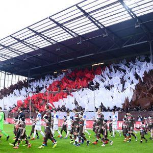 Lang, lang ist's her: St. Paulis Spieler laufen im Dezember 2018 gegen Magdeburg vor einer vollen Südtribüne ein.