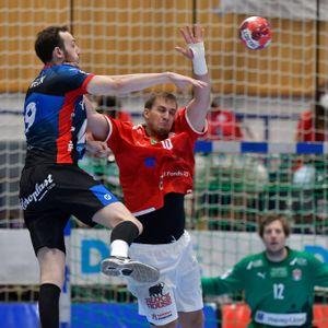 Finn Wullenweber (r.) vom HSVH versucht, den Torwurf von Alexander Weck zu verhindern.