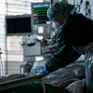 Eine Krankenpflegerin kümmert sich um einen Corona-Patienten auf der Intensivstation (Symbolbild).