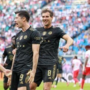 Leon Goretzka (r.) freut sich mit Lucas Hernandez und Robert Lewandowski.