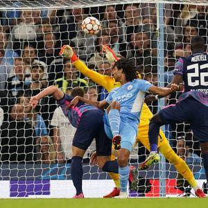 Nathan Ake (M.) behält den Überblick und köpft zum 1:0 für Manchester City ein.