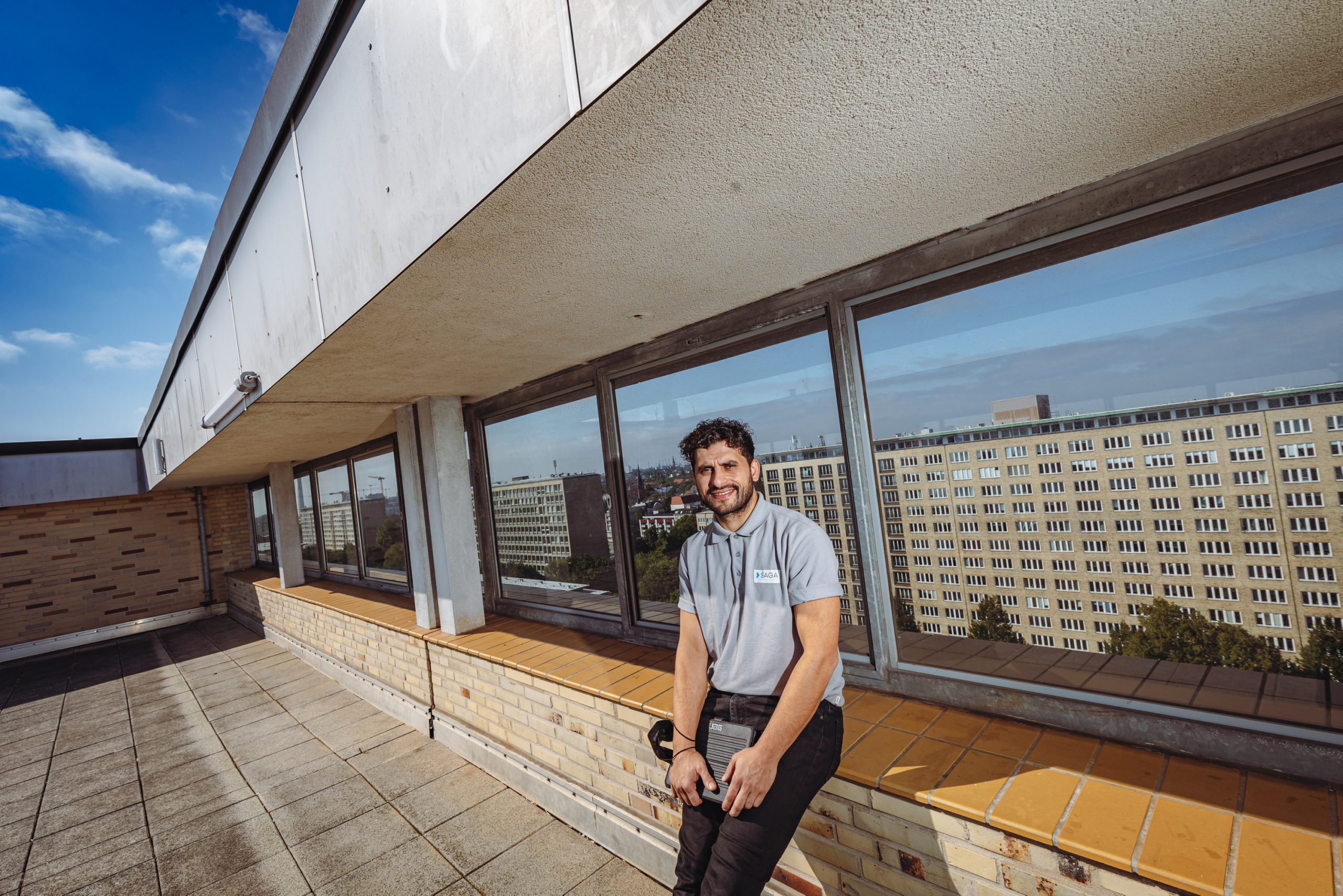 Mann auf Dachterrasse