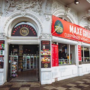 Im ehemaligen Casino auf der Reeperbahn ist jetzt ein Imbiss inklusive Kiosk eingezogen.