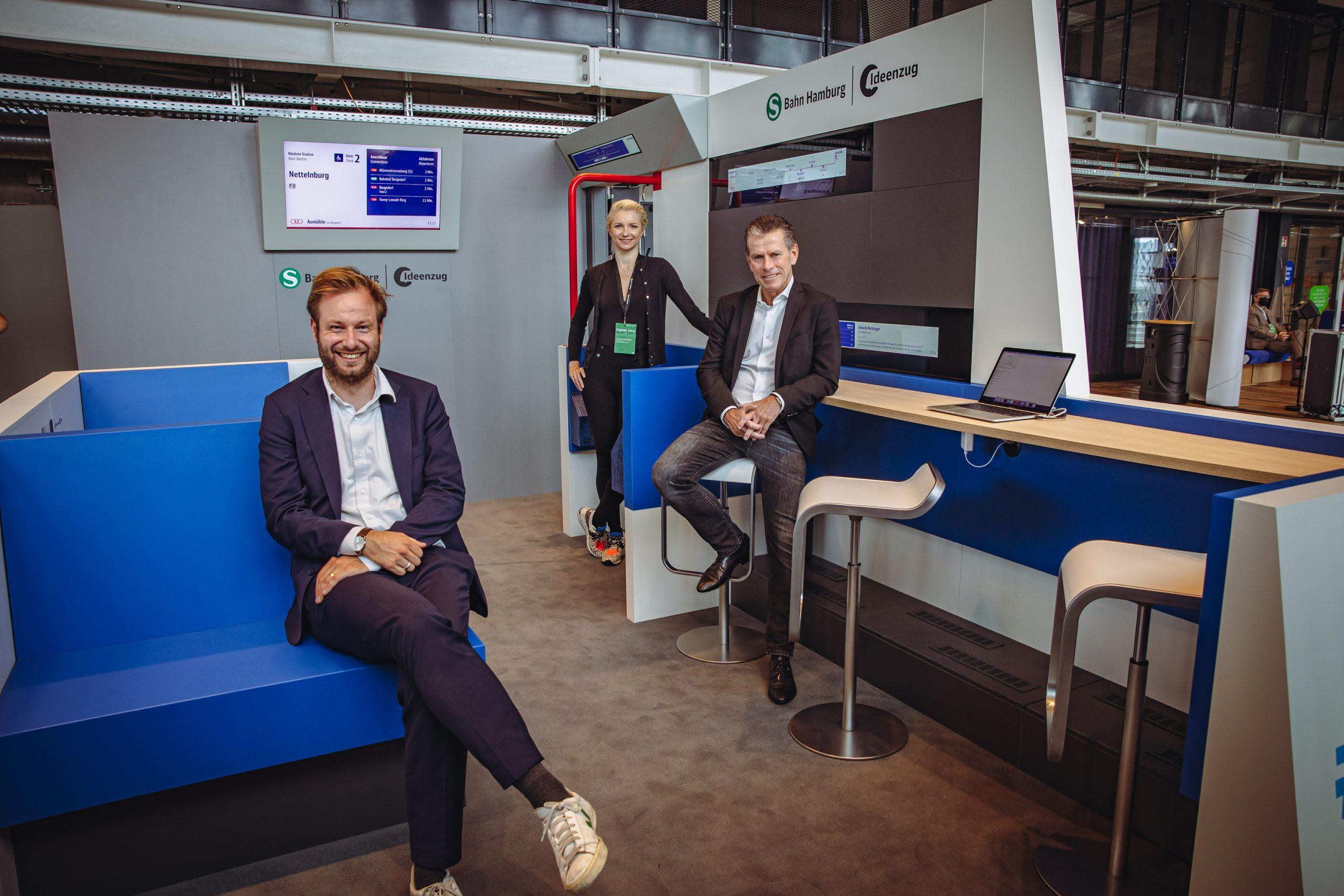 Verkehrssenator Anjes Tjarks (Grüne), HVV-Chefin Anna-Theresa Korbutt und S-Bahn-Chef Kay Arnecke (v.l.n.r.) präsentieren den S-Bahn Waggon der Zukunft. Hier noch ein Modell, bald auch in der Realität.