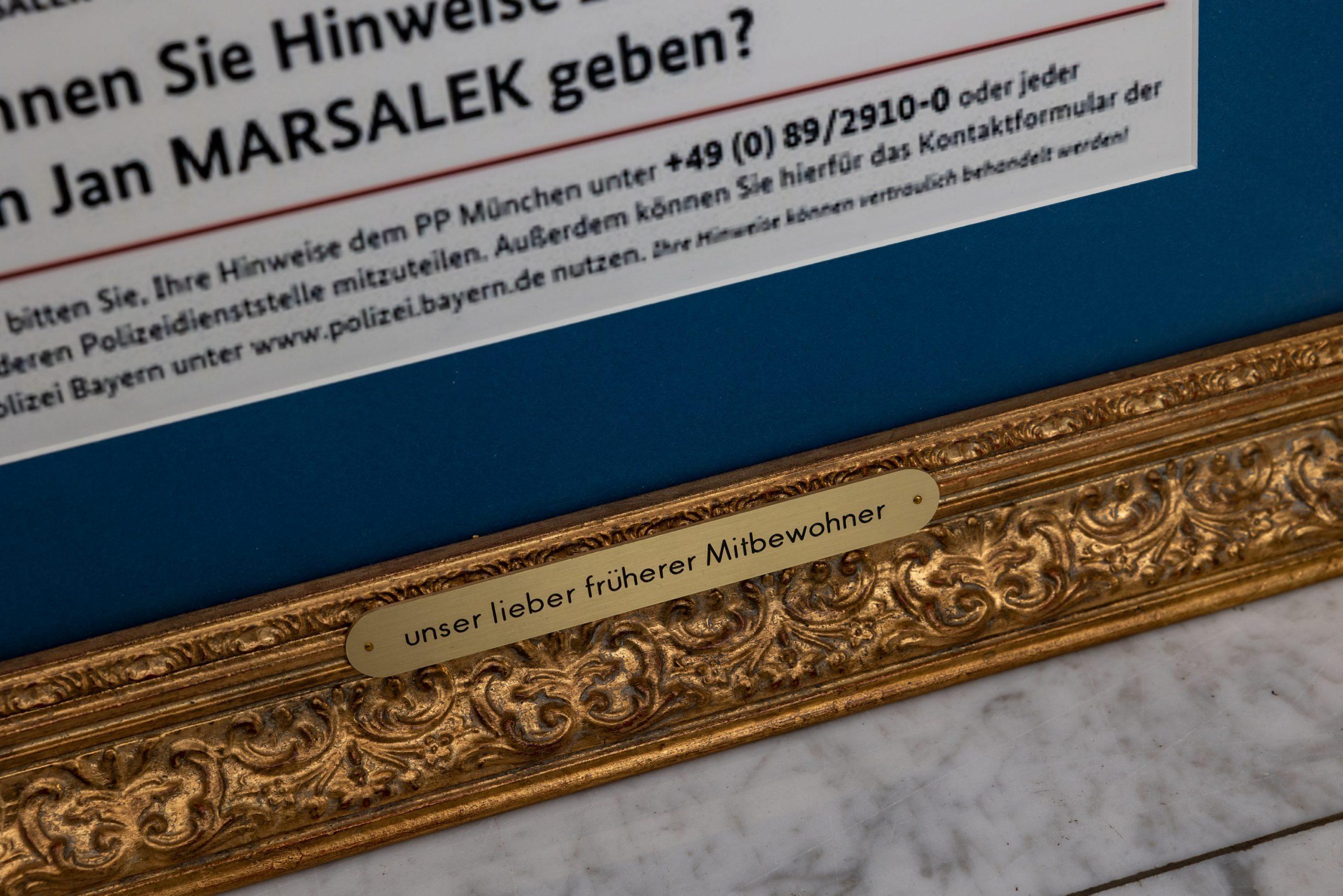 """Inschrift auf einem Goldrahmen: """"unser lieber früherer Mitbewohner"""""""