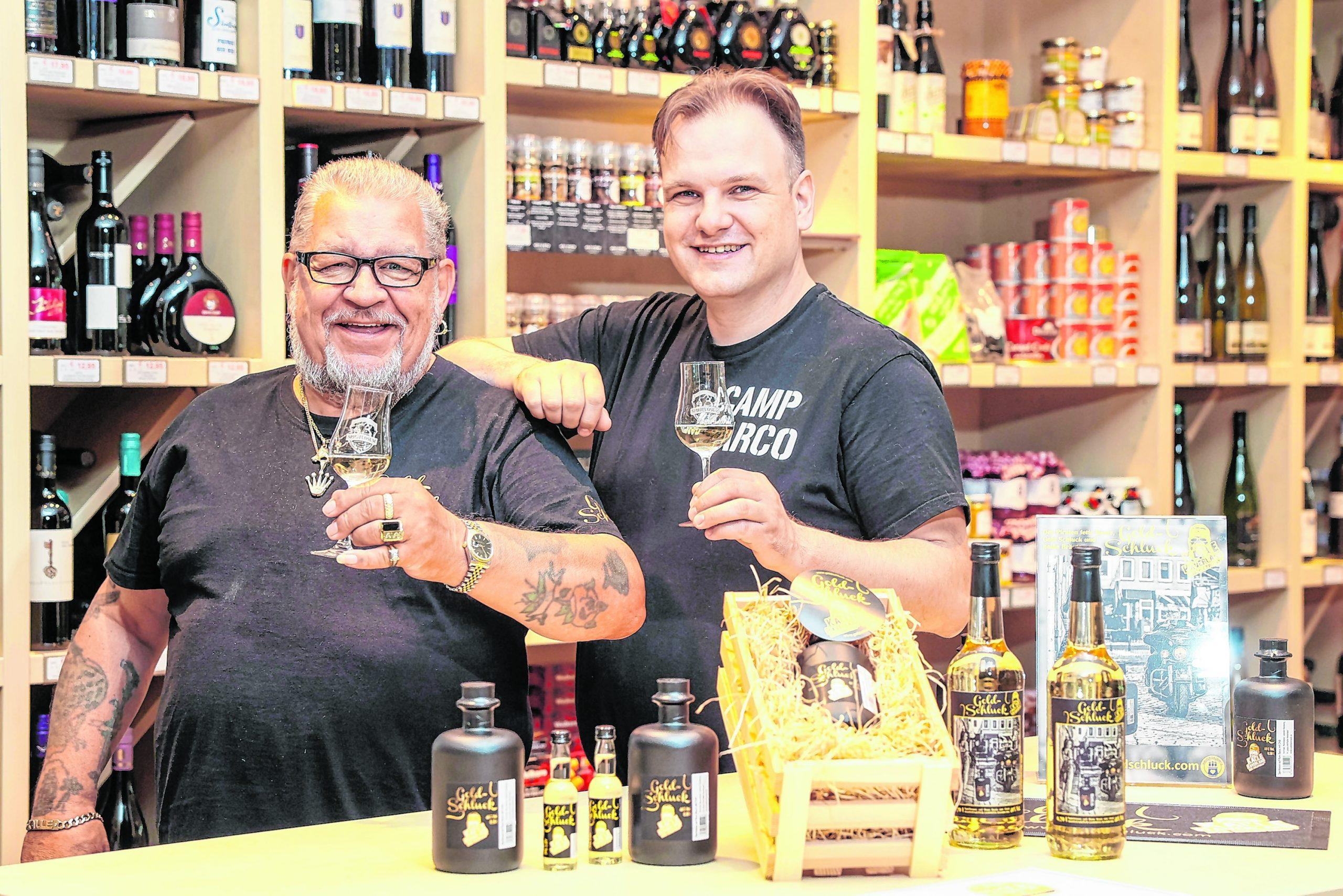 Marco Lehmitz (r., 42), Weinhändler aus Langenhorn.