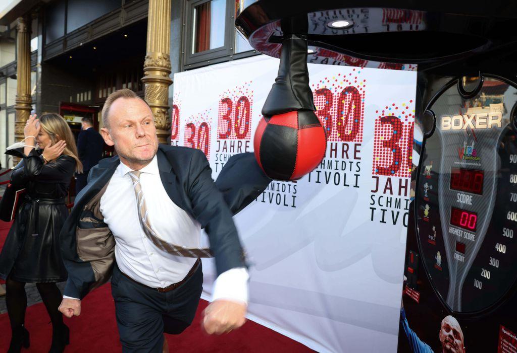 Hamburgs Innen- und Sportsenator Andy Grote (SPD) ließ es bei der Tivoli-Gala krachen.
