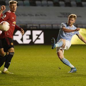 Klasse Klebe! Mit diesem Schuss verschreckte Tommy Doyle die Lokalrivalen von Manchester United im U23-Derby.