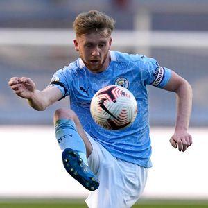 Tommy Doyle, hier noch für Manchester City in der englischen Nachwuchsliga unterwegs, ist bald für den HSV am Ball.