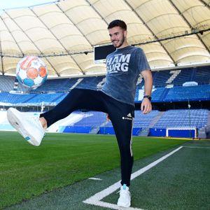 Mario Vuskovic hat schon Spaß in seinem neuen Wohnzimmer, dem Volksparkstadion