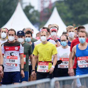 Läufer tragen beim Hamburg-Marathon eine Maske.