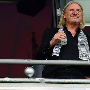 Medienunternehmer Frank Otto schaute das Spiel des FC St. Pauli am Sonntag mit einer unbekannten Begleiterin.