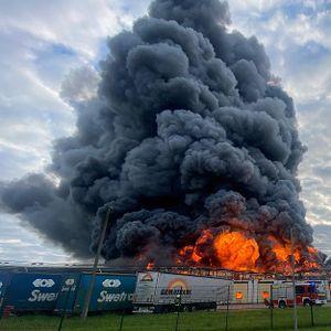 Am Montagabend ging die Lagerhalle in Rostock in Flammen auf.