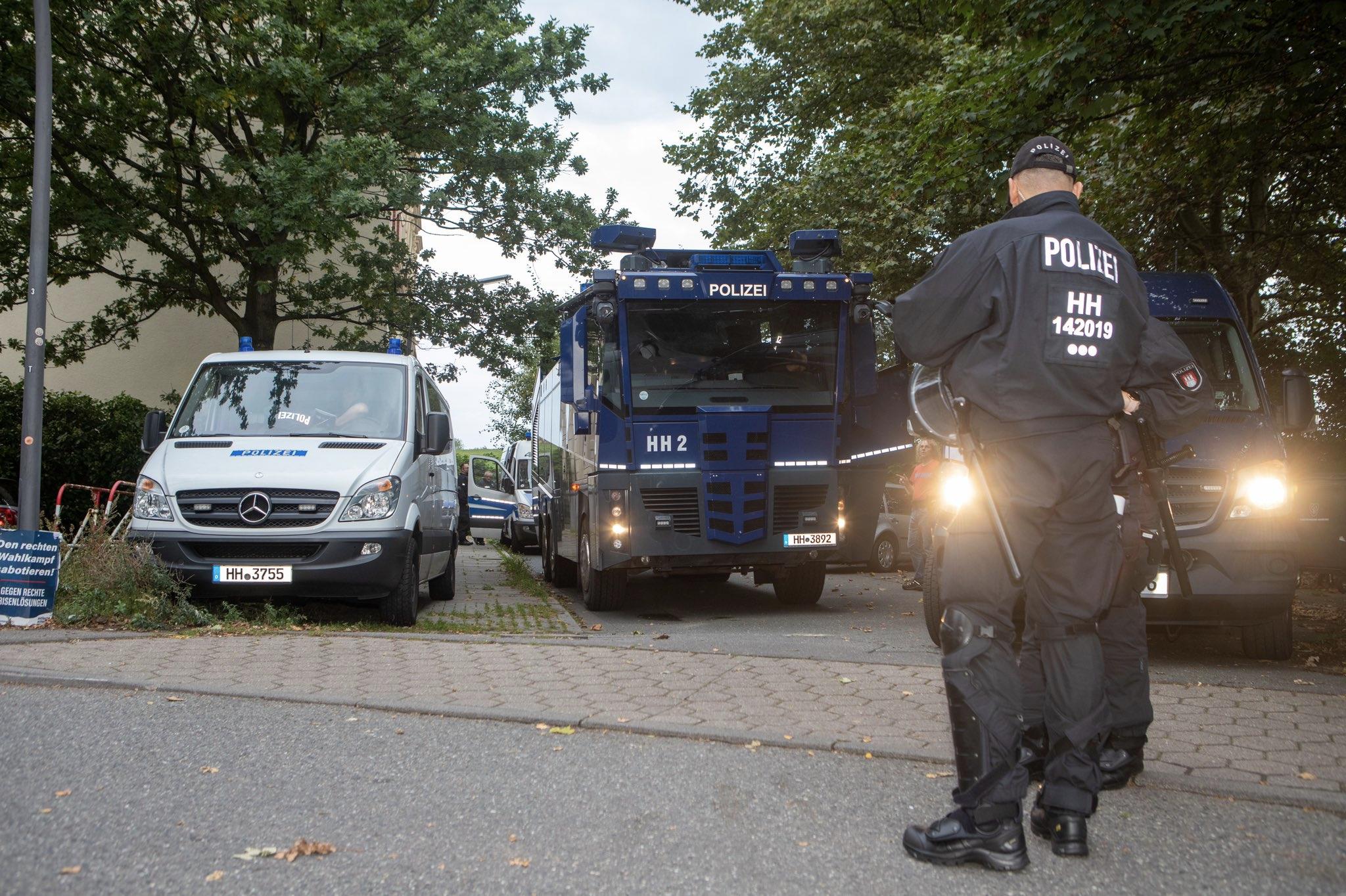 Polizeiaufgebot vor dem Gebäude der AfD-Wahlparty in Wilhelmsburg. Die Veranstaltung wurde im Vorhinein abgesagt.