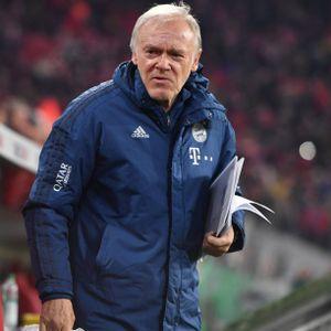 Hermann Gerland an der Trainerbank des FC Bayern München