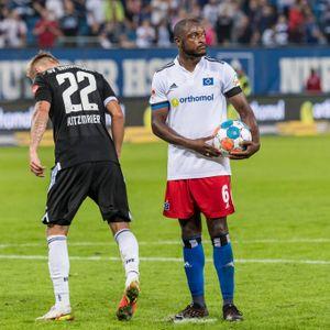 Während Marcel Ritzmaier mit dem Fuß den Elfmeterpunkt bearbeitet, steht David Kinsombi seelenruhig mit dem Ball in der Hand da und wartet.