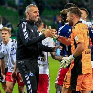 HSV-Trainer Tim Walter klatscht nach dem Derby-Sieg mit Torwart Daniel Heuer Fernandes ab.