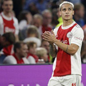 Antony klatscht den Zuschauern von Ajax Amsterdam Beifall.