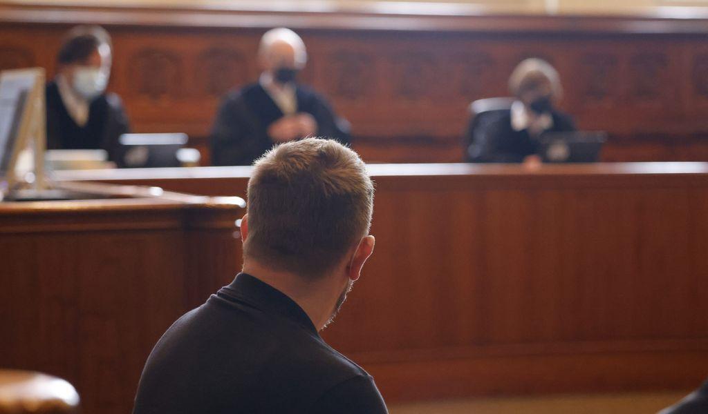 Der Angeklagte sitzt auf der Anklagebank