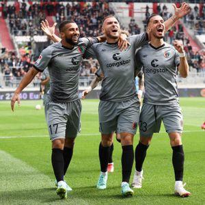 Kyereh, Dittgen und Paqarada (von links) feiern ein Tor des FC St. Pauli