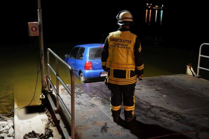 Ein Feuerwehrmann vor dem in die Elbe gelenkten Polo.