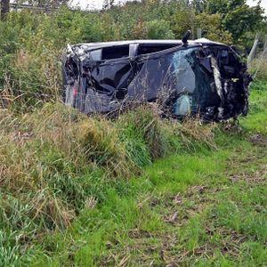 Das Auto blieb neben der Fahrbahn liegen, nachdem es sich mehrfach überschlagen hatte.