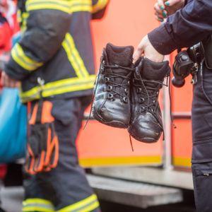 Die nassen Schuhe der Polizisten.