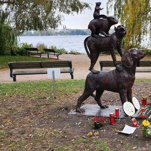 Tierschützer haben eine Skulptur an die Alster gestellt und wollen damit an getötete Tiere erinnern.