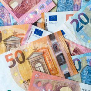 Kurioser Geldregen: Hunderte Euro fliegen plötzlich durch Lübeck