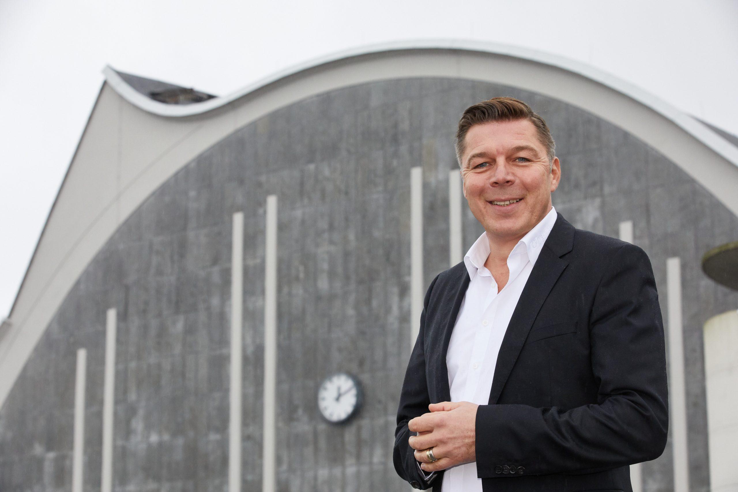 """Maik Klokow vor dem """"Mehr!""""-Theater"""