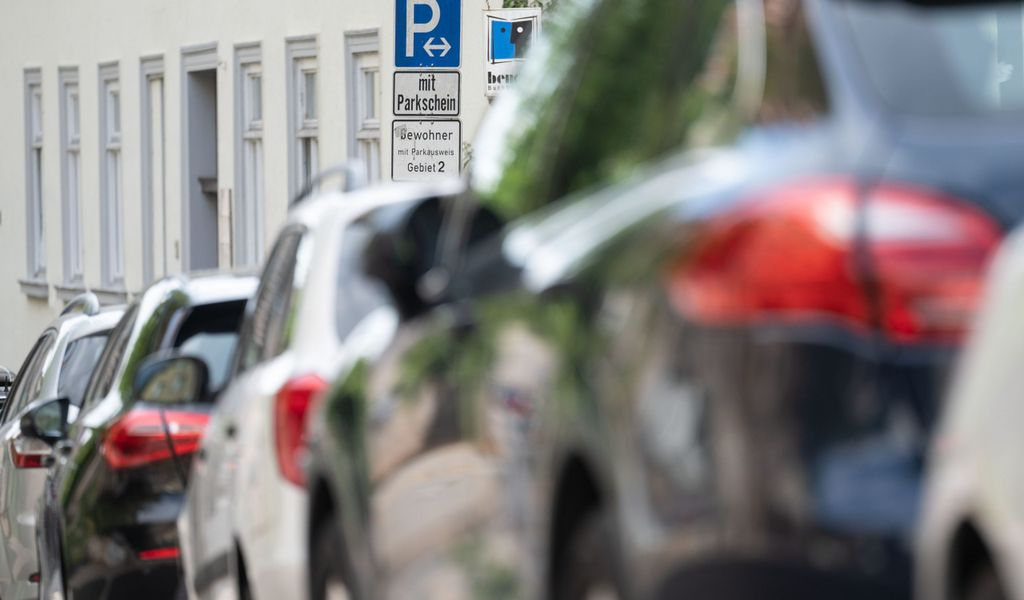 In Hamburg wird das Anwohnerparken bald teurer – richtig so! (Symbolbild)
