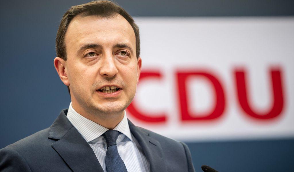 Paul Ziemiak, CDU-Generalsekretär, spricht bei einem Pressestatement.