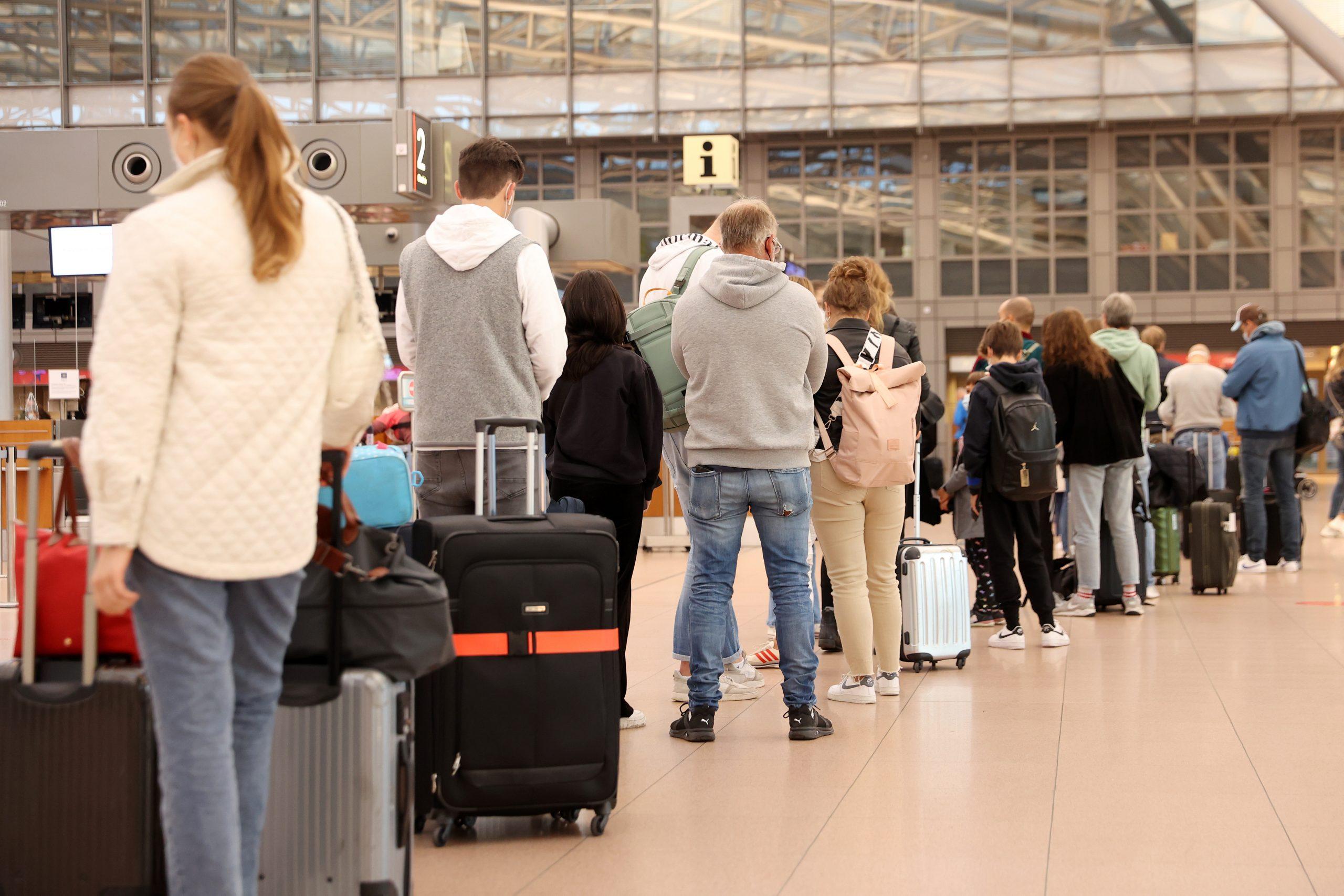 Lange Schlangen am Hamburg Airport zum Start der Herbstferien.