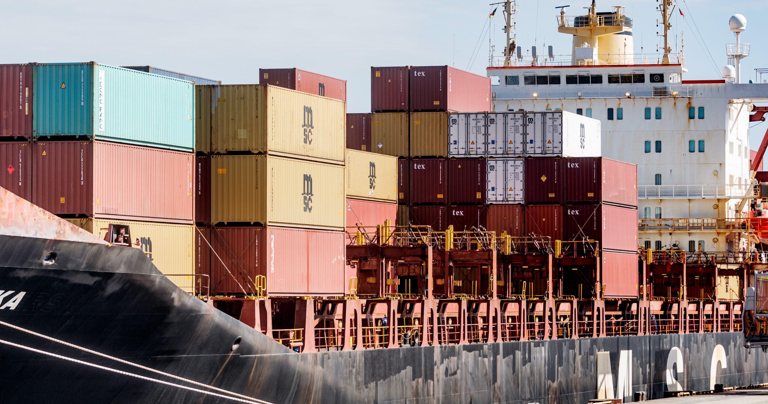 Ein mit Containern beladenes Schiff liegt im Hafen Hamburgs.