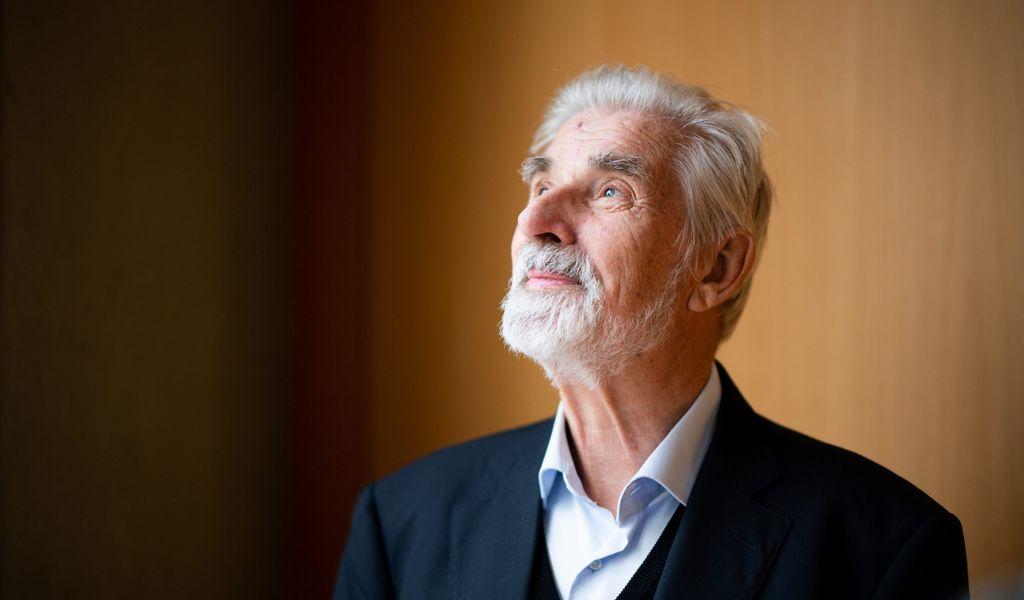 Klaus Hasselmann, Klimaforscher und Nobelpreisträger, blickt im Max-Planck-Institut für Meteorologie am Rande einer Pressekonferenz aus einem Fenster.