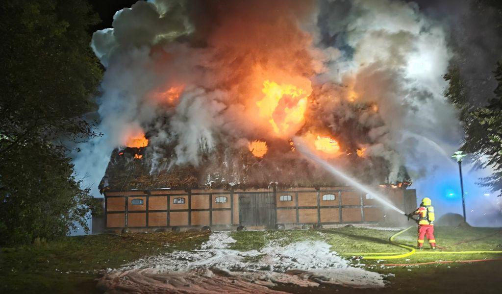 Großbrand bei Hamburg - Polizei geht von Brandstiftung aus