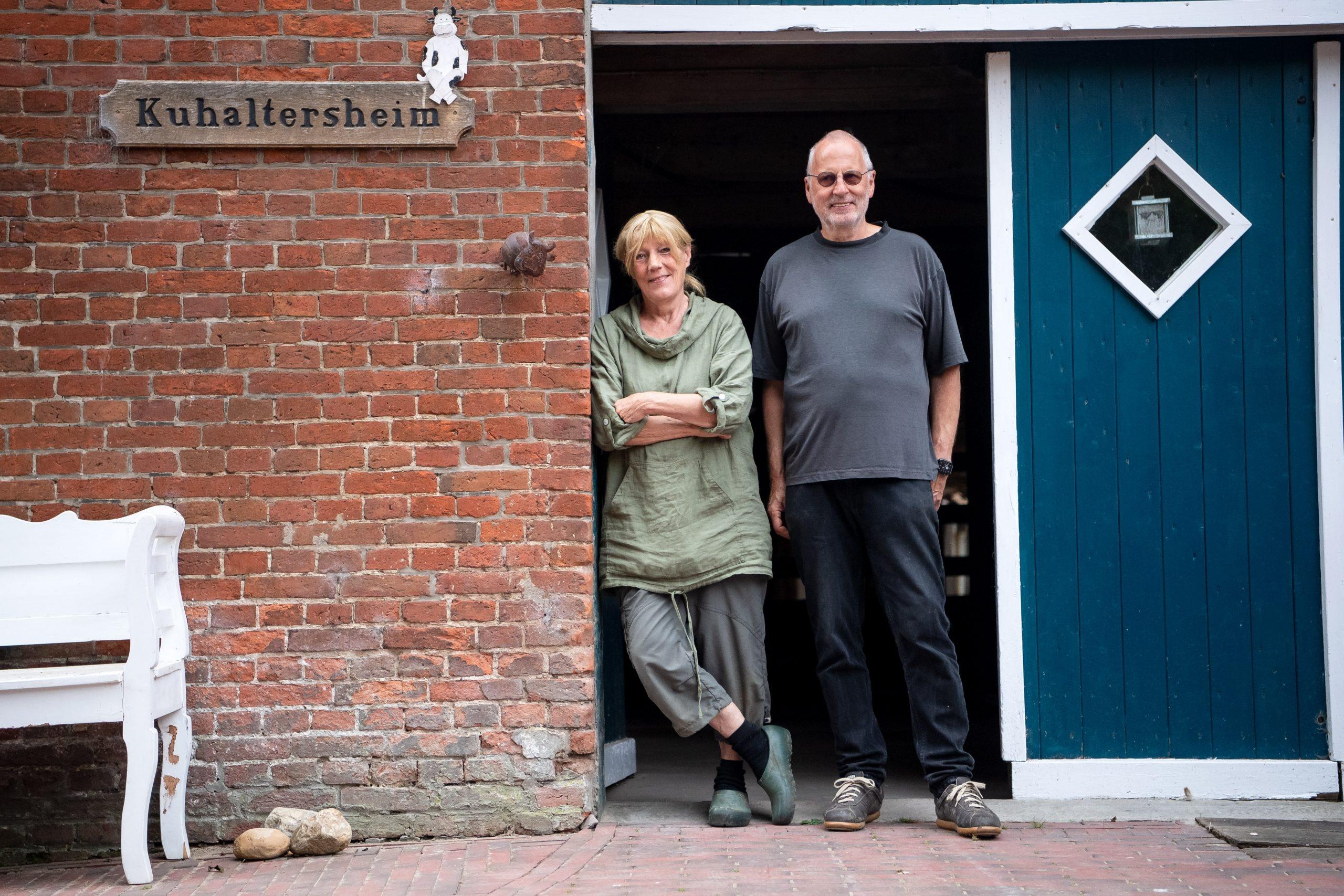 Jan Gerdes (r) und Karin Mück stehen auf ihrem Hof Butenland.