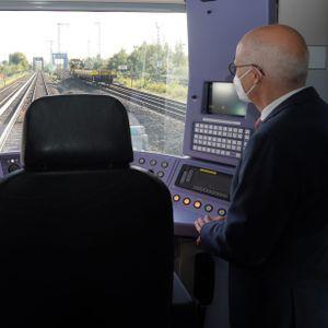 Bürgermeister Peter Tschentscher (SPD) bei der Premierenfahrt der digitalen S-Bahn. Der Computer fährt selbstständig von Berliner Tor bis Bergedorf.