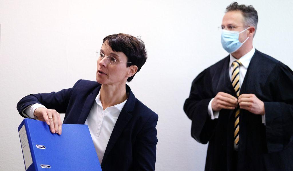 Frauke Petry, frühere Parteivorsitzende der AfD, und ihr Ehemann Marcus Pretzell stehen in einem Saal des Langerichts.