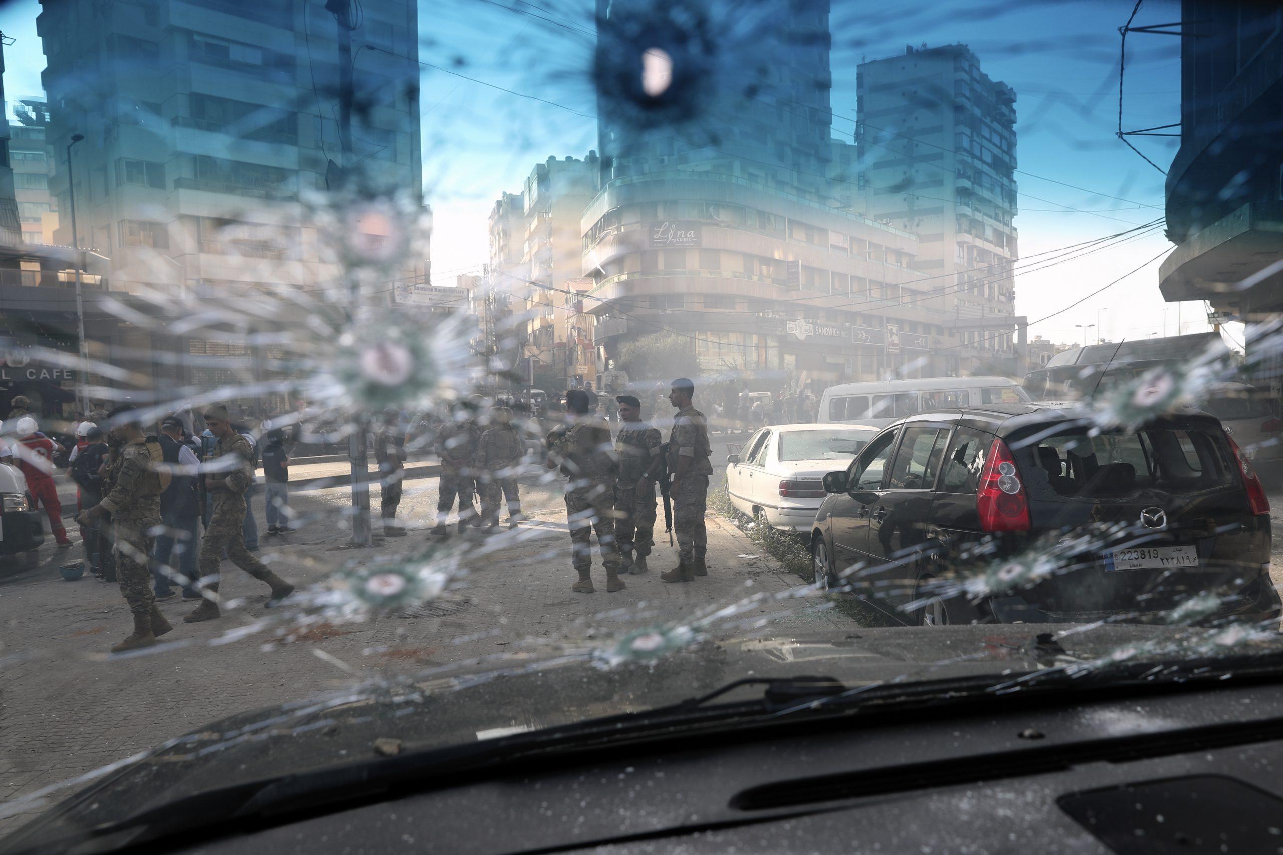 Soldaten der libanesischen Armee sind durch ein von Kugeln durchlöchertes Fenster eines Autos zu sehen.