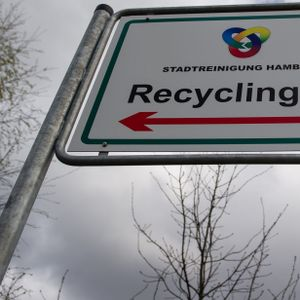 Ein Schild am Eingang zum Recyclinghof Bahrenfeld in Hamburg.