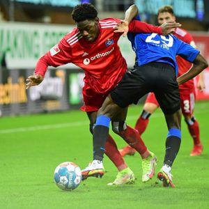 Faride Alidou gab ein starkes Startelf-Debüt für den HSV, hier behauptet er sich gegen Jamilu Collins.