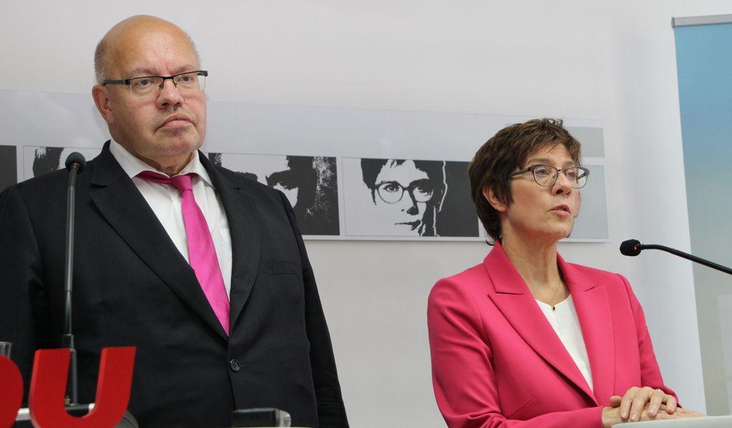 Bundeswirtschaftsminister Peter Altmaier (CDU) und Verteidigungsministerin Annegret Kramp-Karrenbauer (CDU) geben bekannt, dass sie auf ihre Bundestagsmandate verzichten werden.