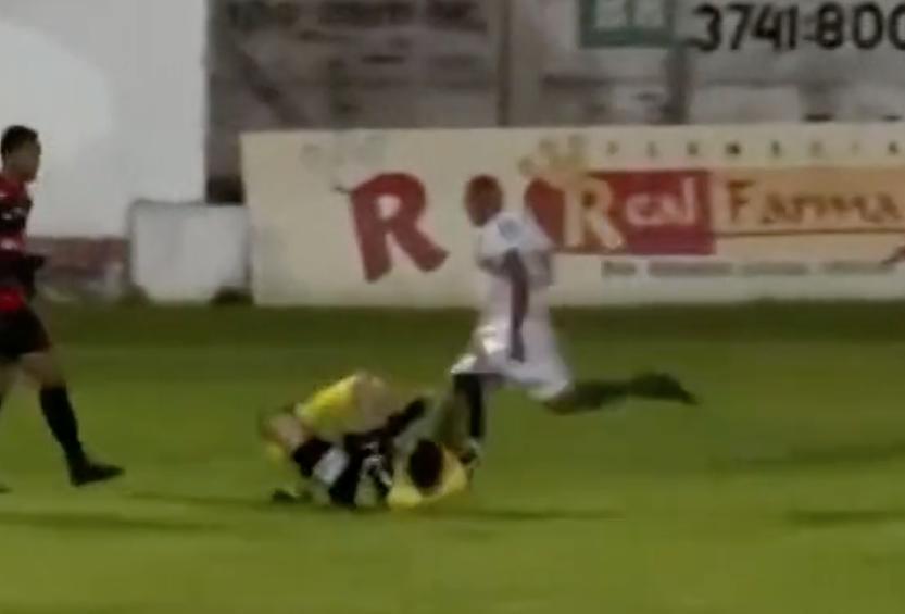 Fußballspieler William Ribeiro greift Schiedsrichter an