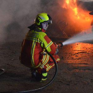 Feuerwehr löscht Carport