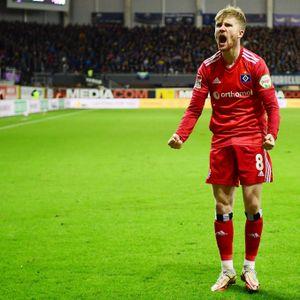 HSV-Matchwinner Tommy Doyle schreit seine ganze Freude heraus.