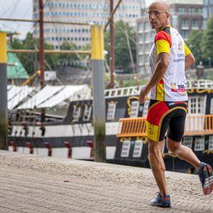 Extremsportler Emin Da Silva läuft am Weserufer entlang